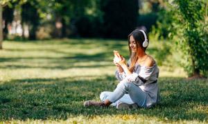 草地上露肩装美女人物摄影高清图片
