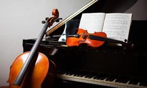 提琴钢琴与五线谱特写摄影高清图片