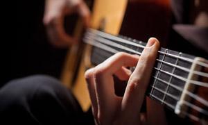 抱吉他弹奏的情景特写摄影高清图片