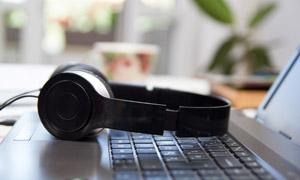 放在键盘上的耳机特写摄影高清图片