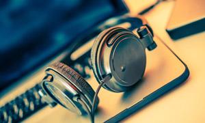 电脑与头戴式耳机特写摄影高清图片