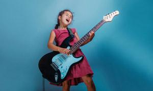 尽情弹唱的小女孩人物摄影高清图片