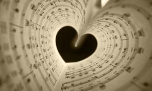 曲谱纸卷成的心形创意设计高清图片