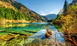 山间美丽的湖泊景观摄影图片