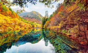 秋季山林中的湖泊美景摄影图片