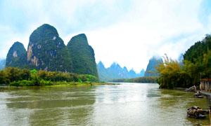 青山下的湖泊美景摄影图片