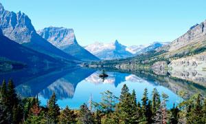山间美丽的湖泊全景摄影图片