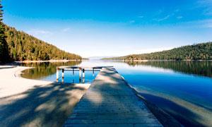 蓝天下的湖边栈桥摄影图片