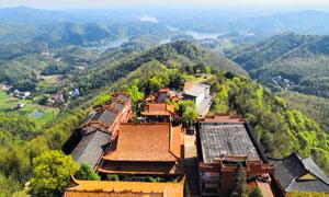 高岭上的寺庙航拍图摄影图片