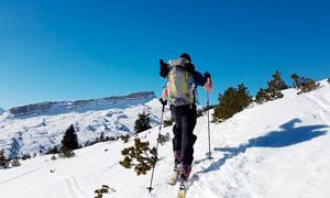 雪山上滑雪的運動人物攝影圖片