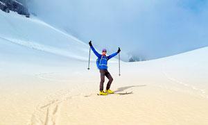 滑雪運動員慶祝動作攝影圖片