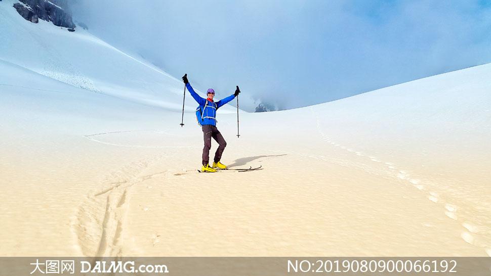 滑雪运动员庆祝动作摄影图片