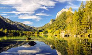 蓝天下的山中湖泊倒影摄影图片