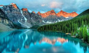 乌云下山间美丽的湖泊摄影图片