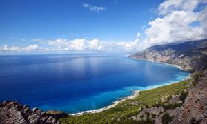 蓝天下美丽的海岸线摄影图片