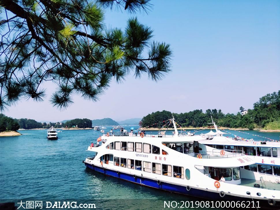 千岛湖上的游船摄影图片