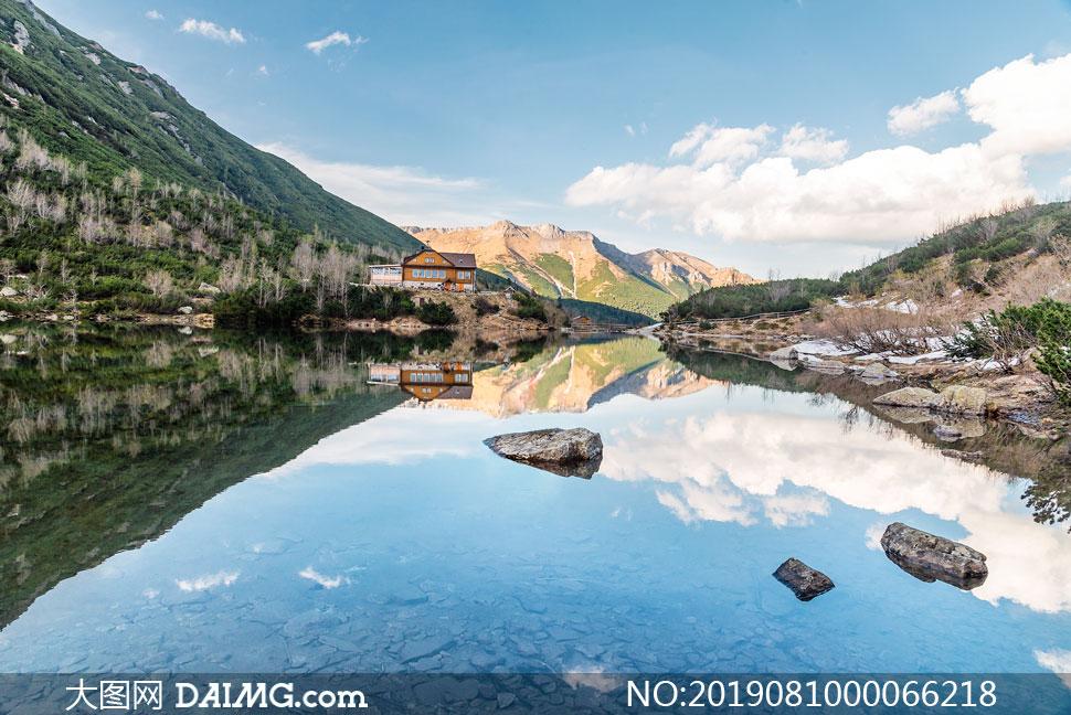 山间清澈的湖泊和小屋摄影图片