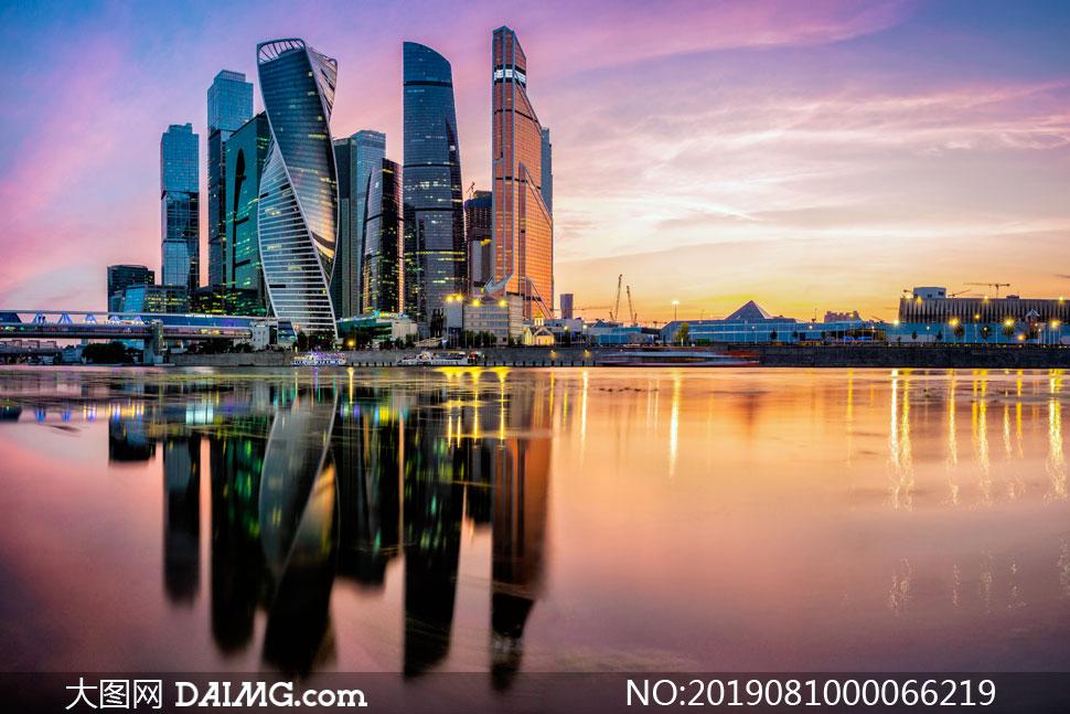 湖边城市建筑黄昏美景摄影图片