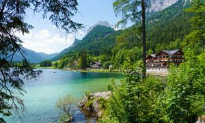 青山中的湖泊和别墅摄影图片