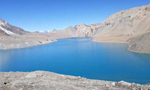 蓝天下山中清澈的湖泊摄影图片