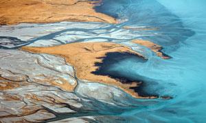 河流入海口俯视图摄影图片