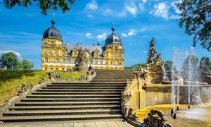 蓝天下的欧式城堡和喷泉摄影图片