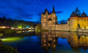 湖边欧式城堡美丽夜景摄影图片