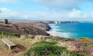 蓝天下的海岸线景观摄影图片