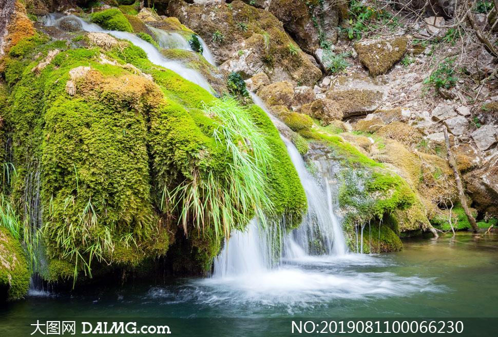 山间流下的小溪瀑布摄影图片