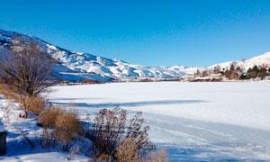 蓝天下的山间雪后美景摄影图片