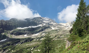 蓝天下的山坡雪景摄影图片