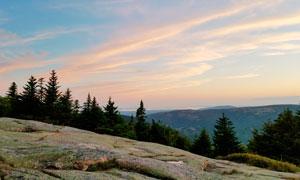 黄昏下的山顶美丽风光摄影图片