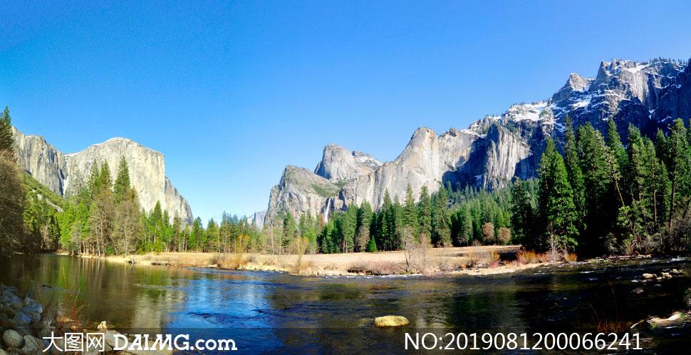 蓝天下山中的河流美景摄影图片