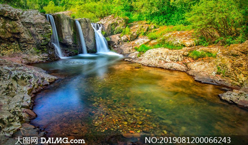 山间小溪瀑布和水潭摄影图片