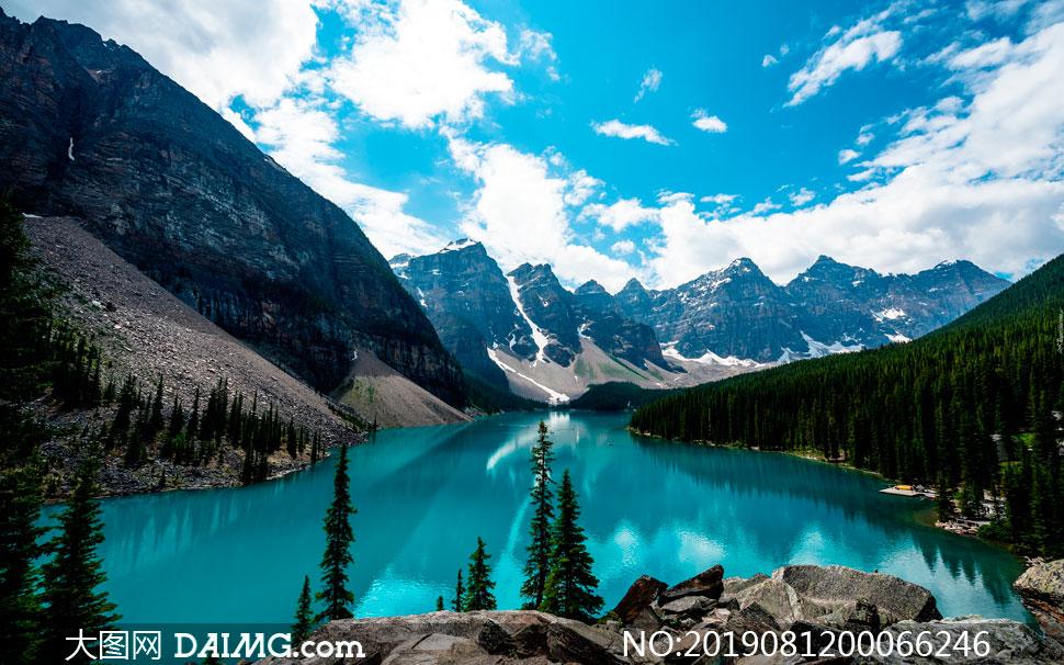 蓝天白云下蓝色湖泊摄影图片