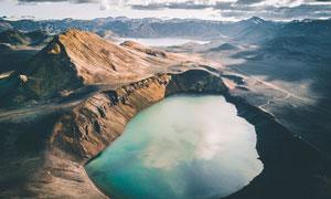 山中美丽的湖泊俯视图摄影图片