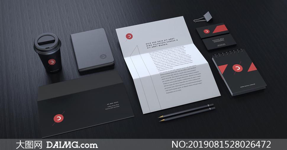 桌面上的信封名片记事本等样机模板