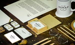 铅笔名片与眼镜信封等物品样机模板