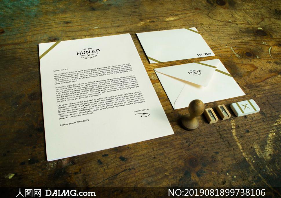 桌上的信笺信封等物品样机模板素材