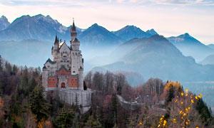 大山之中的欧式城堡建筑摄影图片