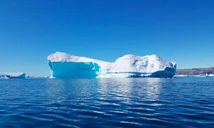 蓝天下的海上冰川摄影图片