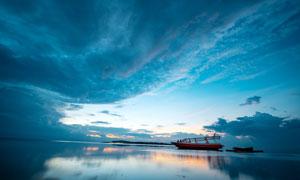 夕阳下海上停泊的轮船摄影图片