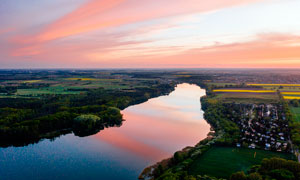 黄昏下的田园河流景观摄影图片