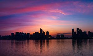 黄昏下的海滨城市剪影摄影图片