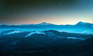 星空下的连绵山峰摄影图片