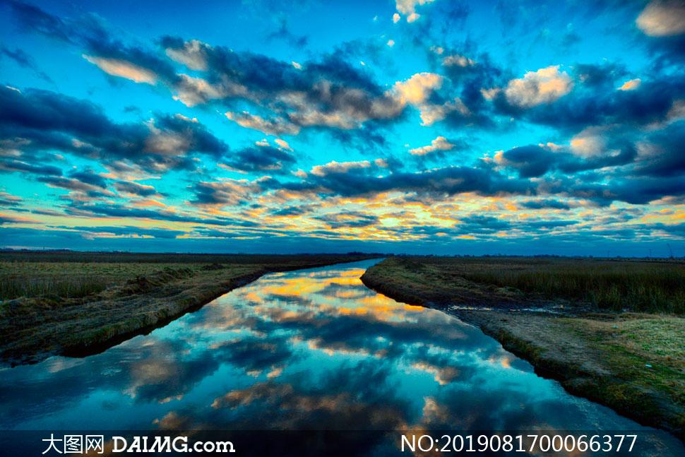 美丽的河流和田园风光摄影图片