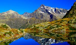 雪山脚下的美丽湖泊摄影图片