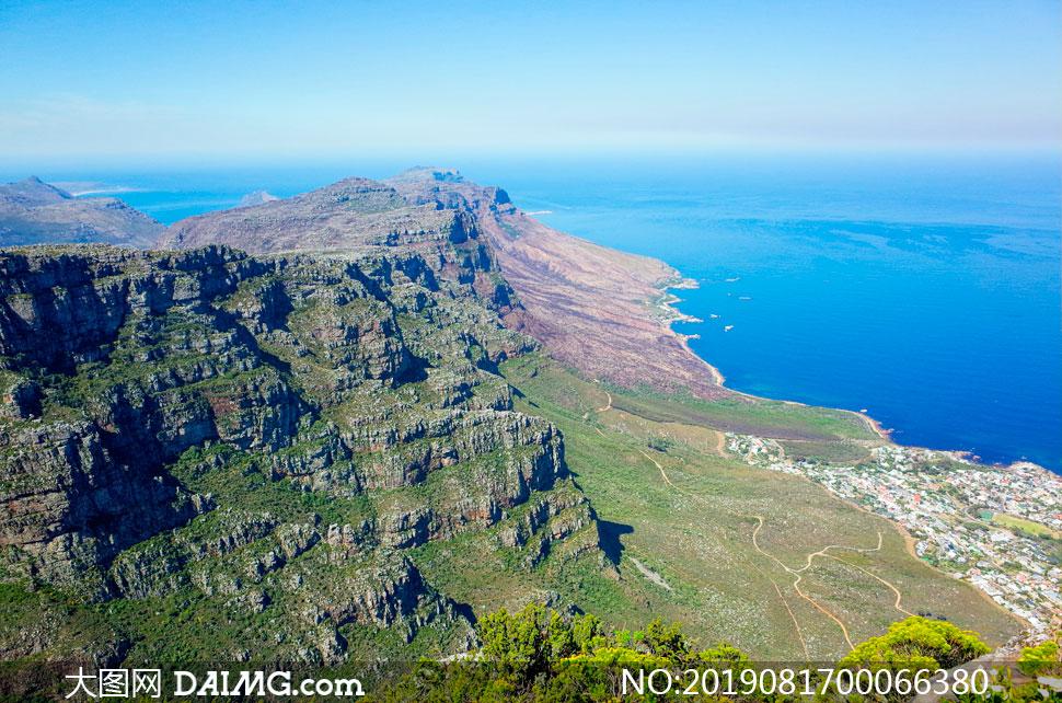 悬崖下的海岸线美景摄影图片