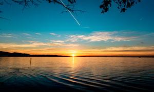 落日下的湖泊美景高清摄影图片
