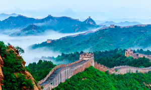 云雾中的万里长城美景摄影图片